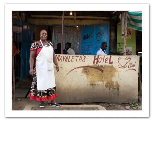 Tourismus Ausbildung, Frau steht vor Ihrem Hotel in Afrika